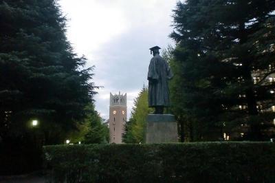 大隈重信銅像後ろ姿から見た大隈講堂