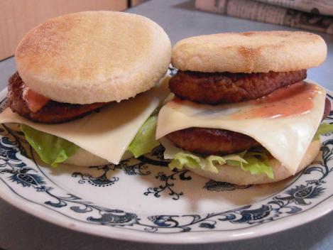 美味しい手作りハンバーガーのチーズバーガーとダブルチーズバーガーをデジカメ撮影