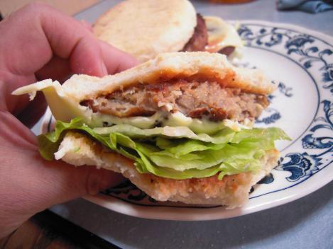 美味しい手作りハンバーガーのチーズバーガーを食べてる途中をデジカメ撮影