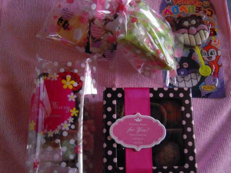 バレンタインにキャバクラ嬢達からもらった多くの手作りチョコレートをデジカメ写真撮影