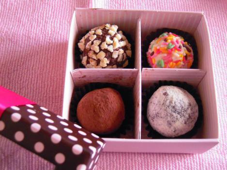 本命のキャバクラ嬢からもらった手作りトリュフチョコレートをデジカメ写真撮影