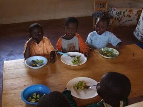 貧国の小学校の学校給食の様子の写真画像