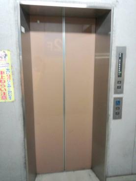 沼津市内の立体駐車場のエレベーターはシンドラー製だった証拠をデジカメ写真撮影した