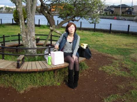 花見のポイントのベンチに座りパンティを隠すキャバ嬢の美里ちゃんをデジカメ撮影したのだ
