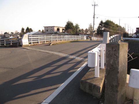 土橋と旧小泉村の道標