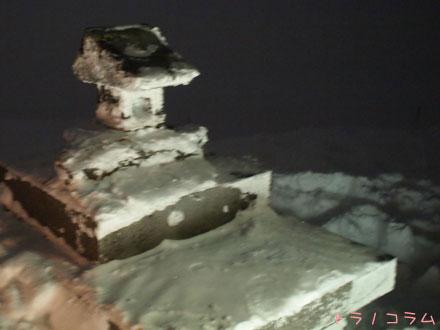 雪に埋もれる横手山神社