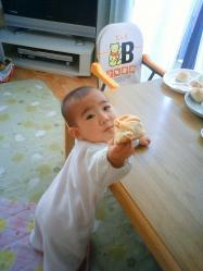 芽依とパン1