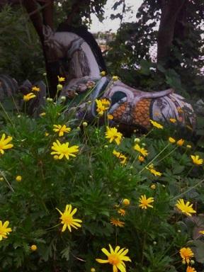 黄色の花と木馬