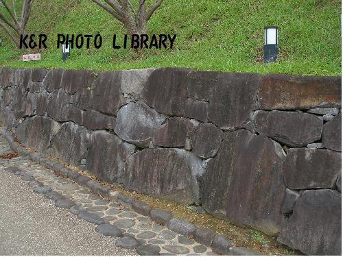 腰石垣と、玉石側溝