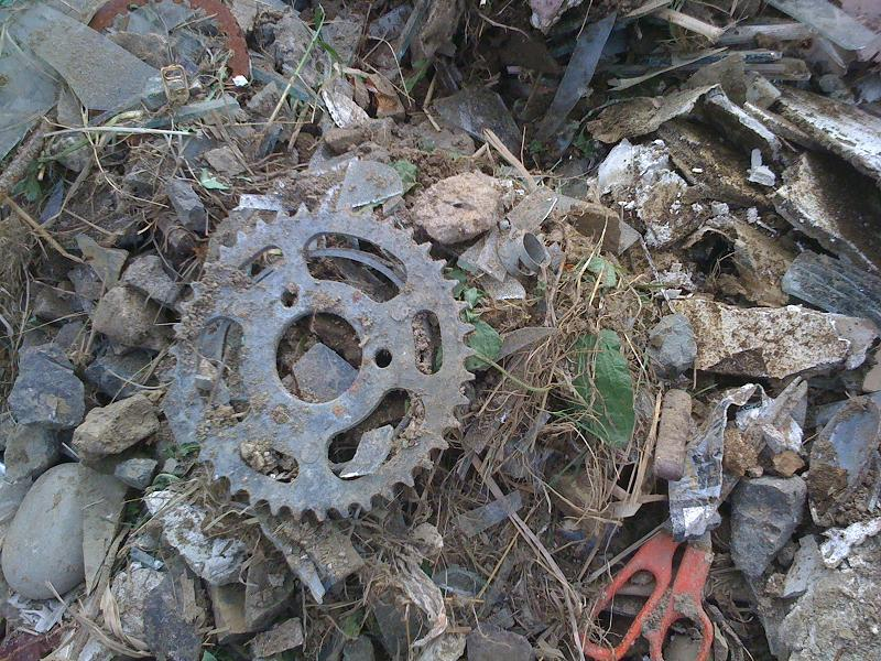 田んぼに埋まっていた瓦礫の一部。
