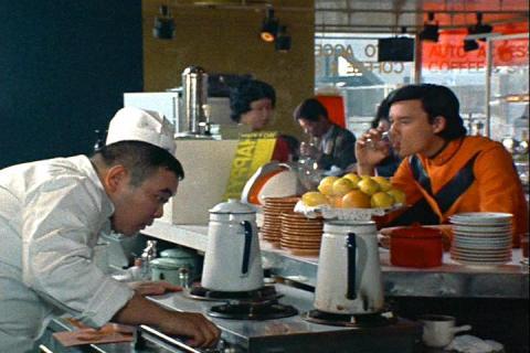喫茶店にいた郷隊員