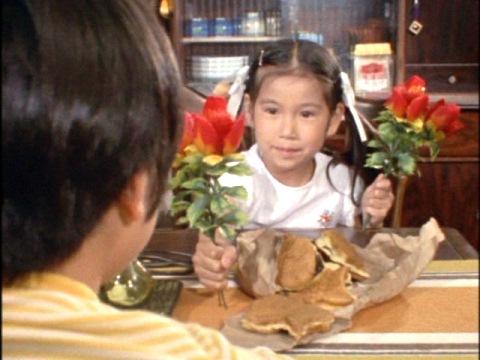 赤い花を渡すかなえ