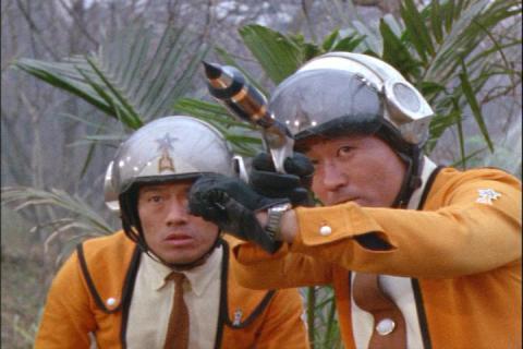 UNG麻酔弾を構えるアラシ隊員とムラマツ隊長