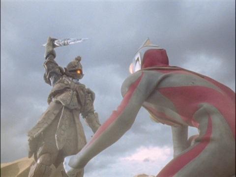 力尽きたウルトラマンガイアを狙うアパテー