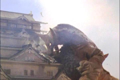 大阪城を破壊する、古代怪獣ゴモラ