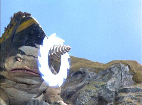 ウルトラスラッシュ(八つ裂き光輪)を角で受け止めるグビラ