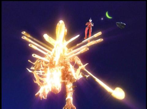 ウルトラマンマックスと共に宇宙へ飛んでいくイフ(最終形態)