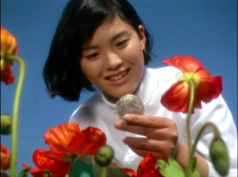 宇宙細菌ダリーに取り付かれる少女・香織(演:松坂慶子)