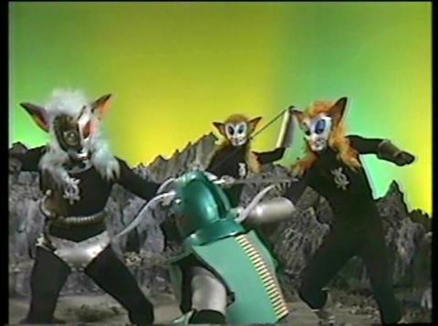 アンドロメロスと戦うマグマ星人3人衆