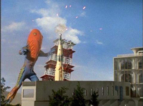マリア1号を破壊するメトロン星人Jr.