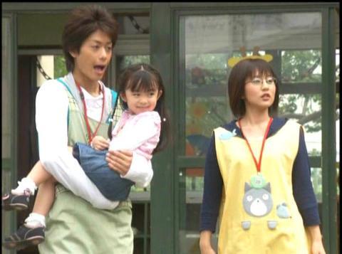みやま保育園で女の子を抱っこするミライ隊員