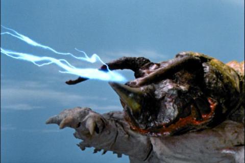 ウルトラマンに電撃を放つネロンガ