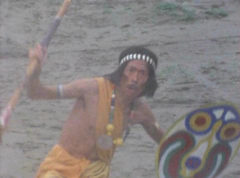サイマ族の踊りをする佐藤隊員