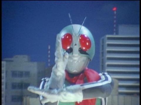 スペシウム光線のポーズをする仮面ライダー1号