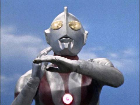 スペシウム光線の発射をためらうウルトラマン