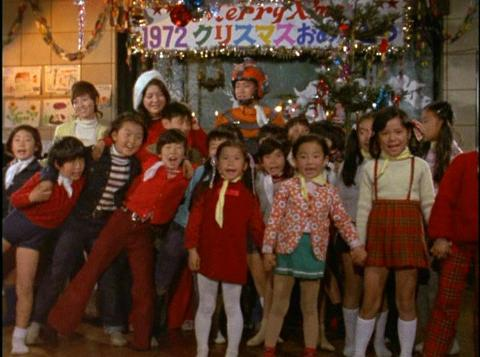 クリスマス会で合唱をする子供たち