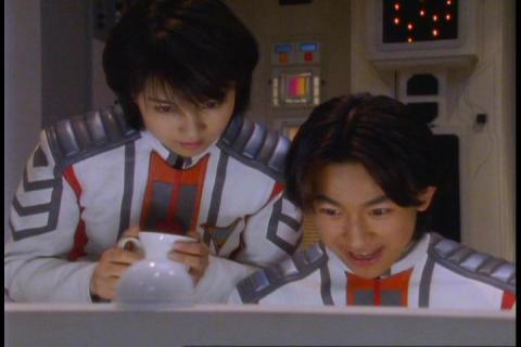 GUTS 左:レナ隊員(演:吉本多香美) 右:ヤズミ隊員(演:古屋暢一)