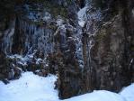 岩から染み出たつららと滝