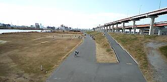 西新井橋から江北橋をのぞむ。河川敷コースが拡がる。