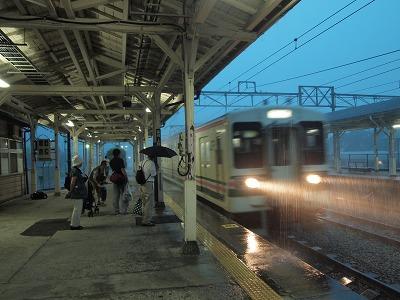 大雨の横川駅