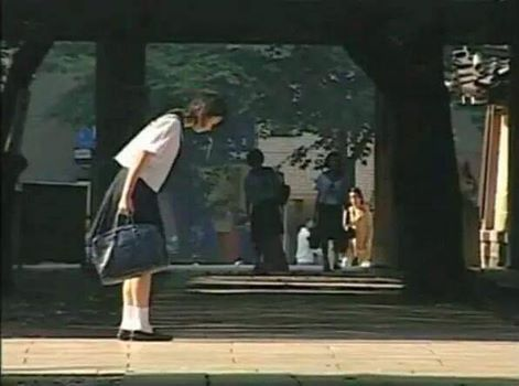 通学の途中に礼する女学生