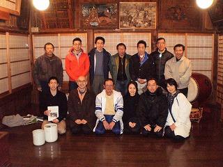川名津神楽保存会の皆さんと一緒に記念撮影