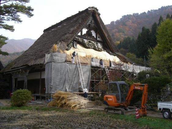 20101113_白川郷屋根葺き替え中