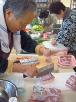豚バラのブロックと格闘する周老師