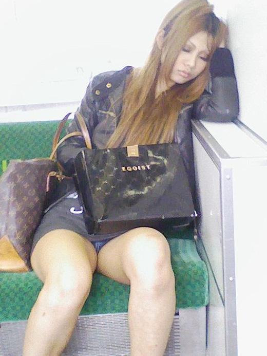 電車内 パンチラ 画像 4