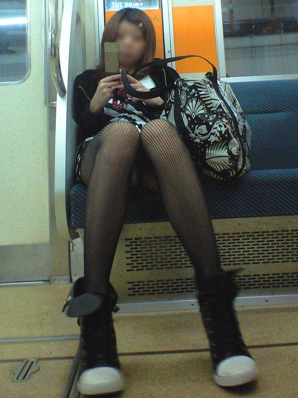 電車内 パンチラ 画像 24
