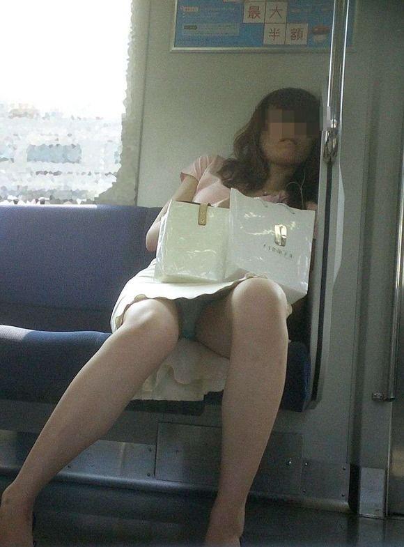 電車内 パンチラ 画像 25