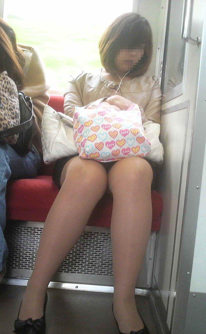 電車内 パンチラ 画像 27