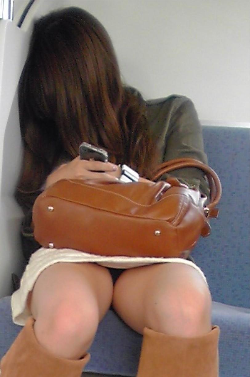 電車内 パンチラ 画像 41