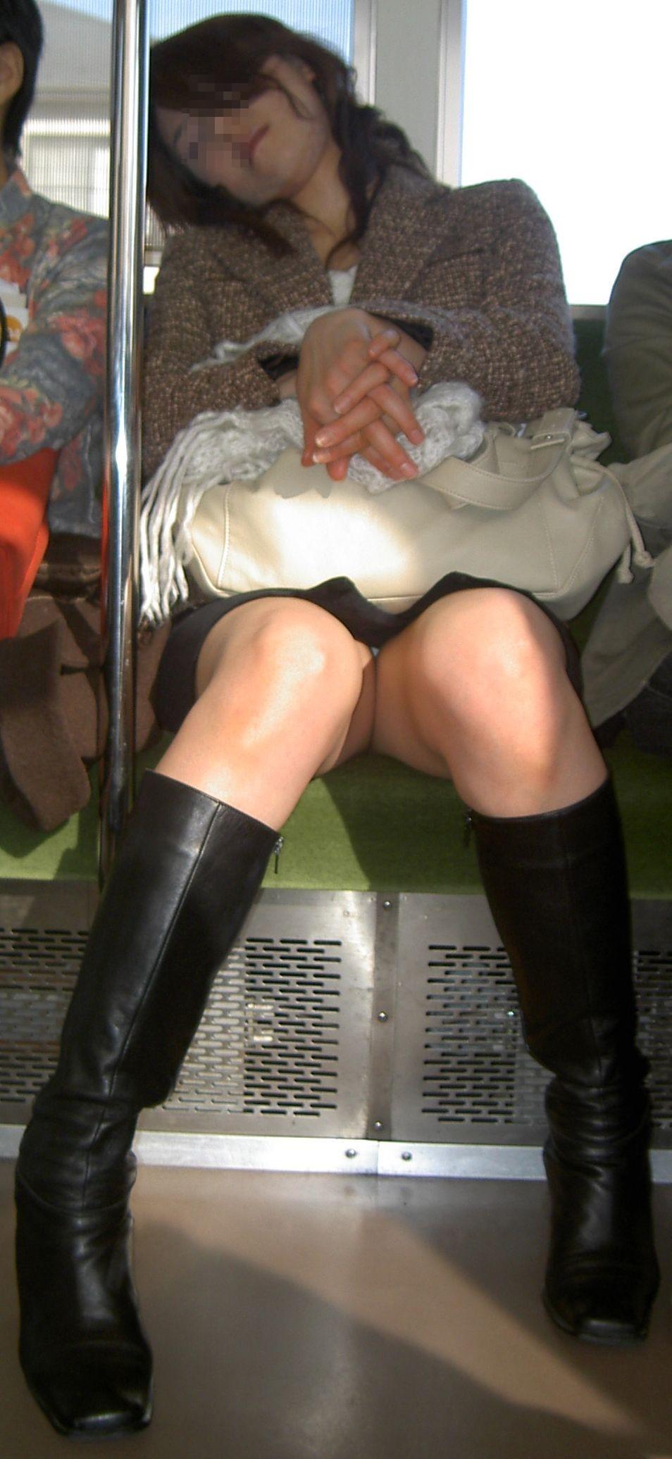 電車内 パンチラ 画像 45