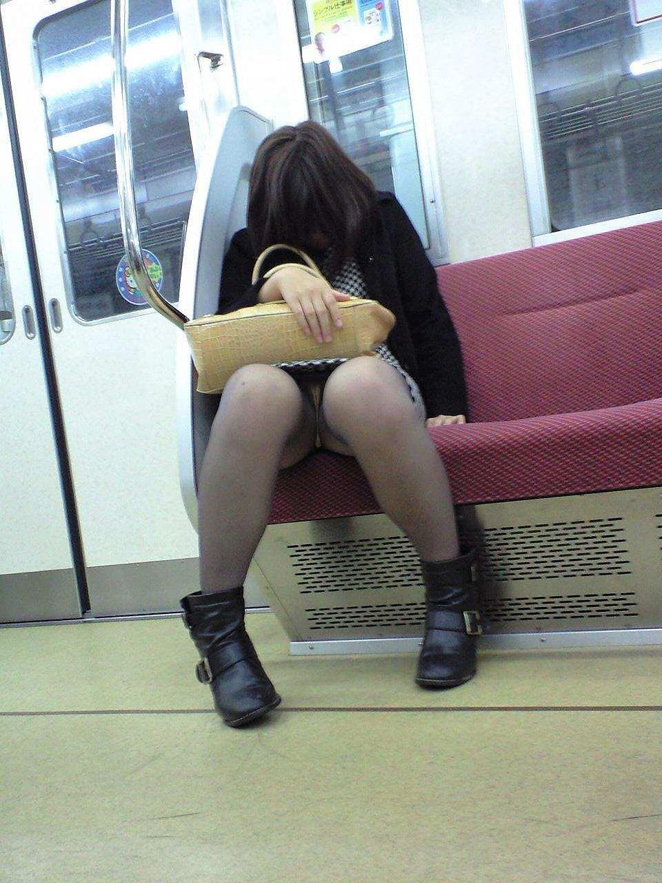 電車内 パンチラ 画像 47