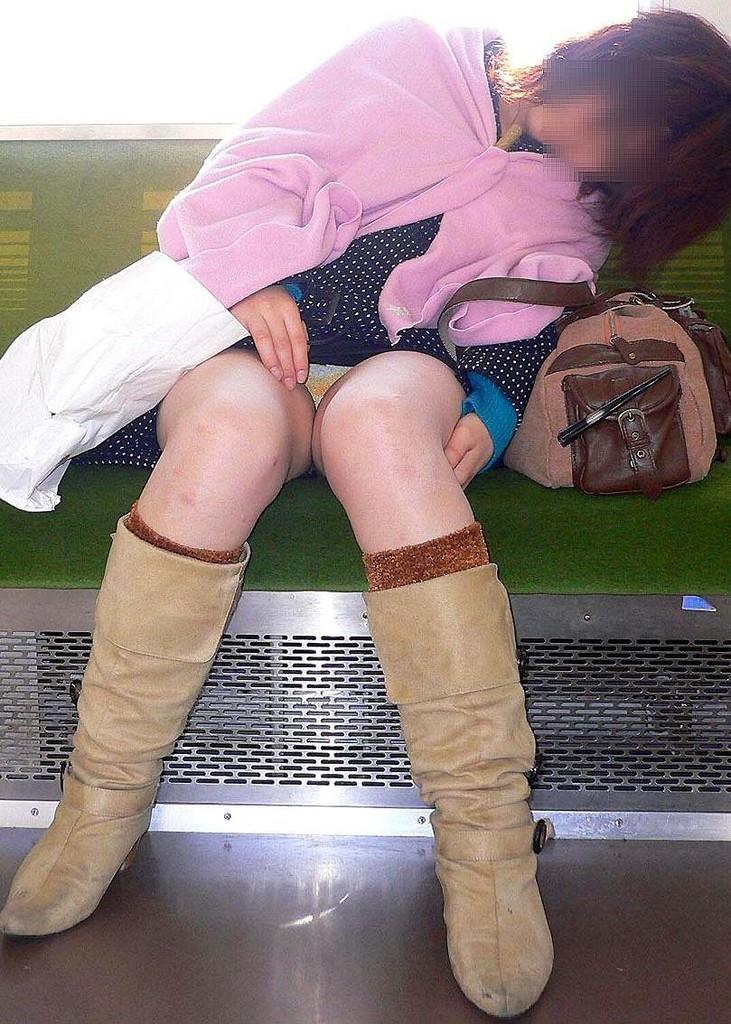 電車内パンチラ 画像 2