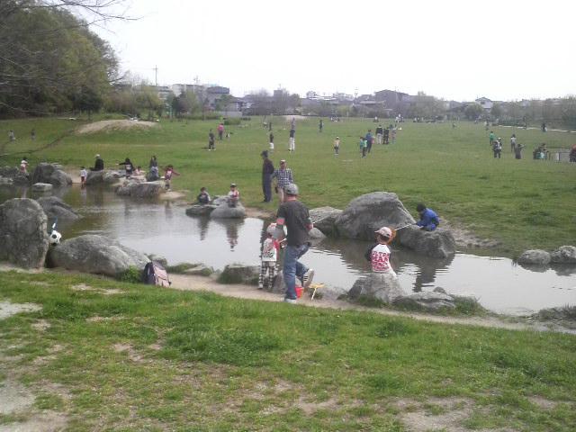 天白公園で釣りをする子供たち