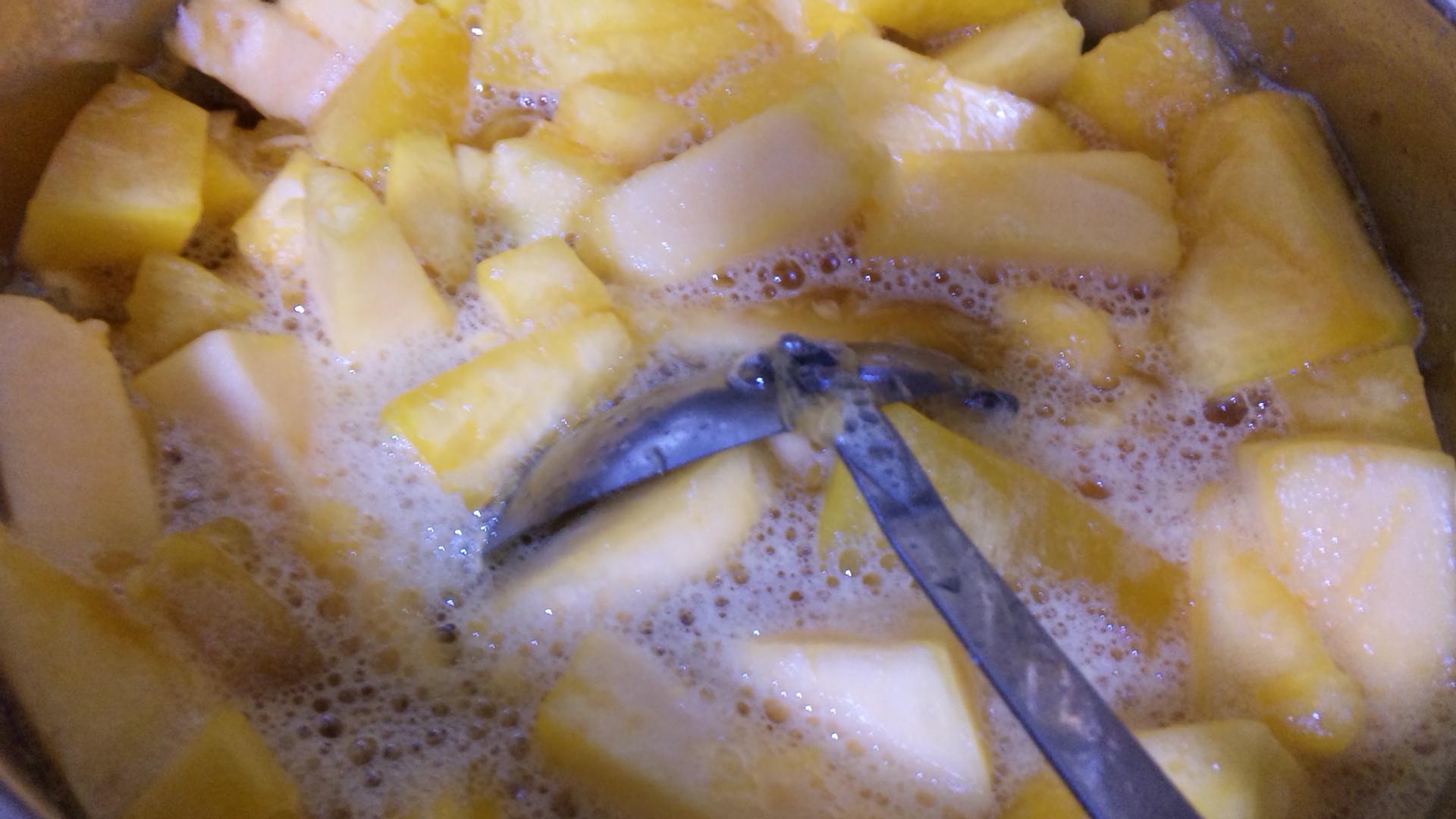 ジャムパンプキンをオレンジジュースで煮込む
