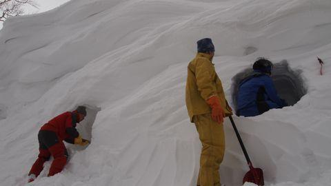 雪洞掘り始め