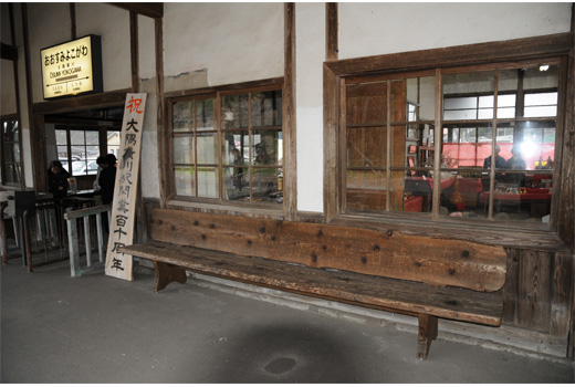横川駅ホームのベンチ